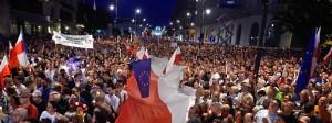 Mit der polnischen und europäischen Fahne: Demonstranten gegen die Justizreform in Polen