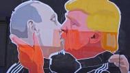 Bruderkuss? Wladimir Putin und Donald Trump auf einer Wand in Vilnius