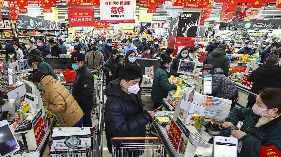 Einkaufen mit Mundschutz: Ein Supermarkt in Wuhan