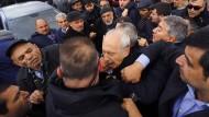 Ein Mann schlägt den CHP-Politiker Kemal Kilicdaroglu mit der Faust ins Gesicht.