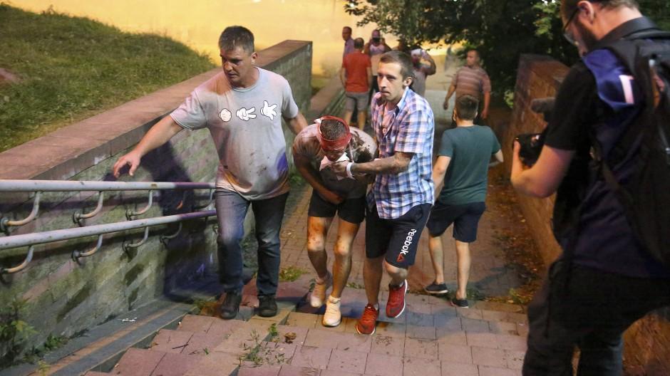 Verwundeter Demonstrant nach einem Polizeieinsatz am Montag in Minsk