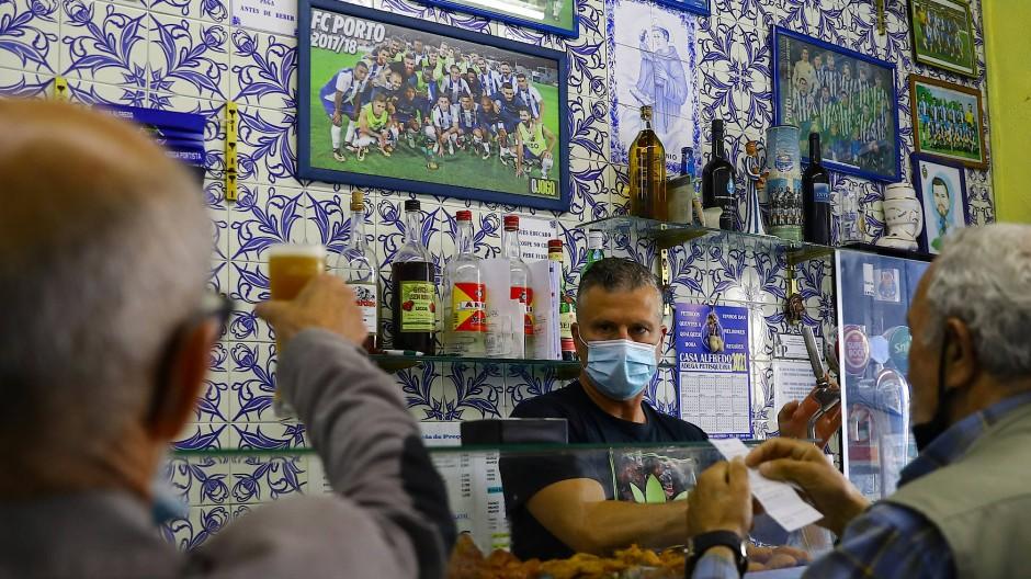 Cafés und Restaurants wieder geöffnet: Bar in Porto am Montag