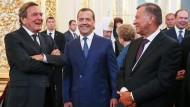 Altkanzler Gerhard Schröder (links) mit dem russischen Ministerpräsidenten Medwedew und dem Aufsichtsratsvorsitzenden der Gazprom, Wiktor Subkow, bei der Amtseinführung Putins.
