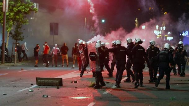 Schwere Ausschreitungen in Belgrad