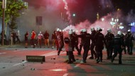 Die Polizei in Belgrad geht am Dienstag mit Tränengasgranaten gegen Randalierer vor.