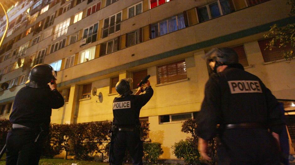 Polizisten 2005 während Unruhen in der Banlieue Clichy-sous-Bois nördlich von Paris. Vorausgegangen war der Tod zweier Jugendlicher, die auf der Flucht vor der Polizei durch einen Stromschlag in einer Trafostation ums Leben kamen.
