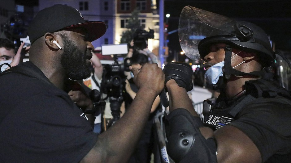 Ein Polizist und ein Teilnehmer einer Anti-Rassismus-Demonstration entbieten einander in Memphis Ende Mai den Faustgruß.