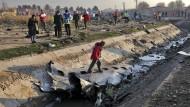 Trümmerteile des ukrainischen Flugzeugs in der Nähe von Teheran