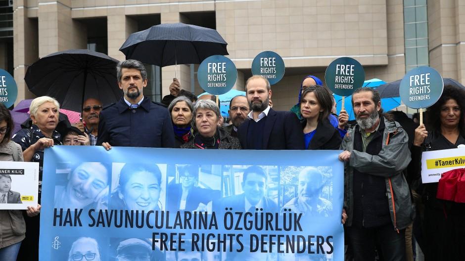 Diese Demonstranten protestierten im Oktober 2017 vor einem Gericht in Istanbul gegen den Prozess, der den elf angeklagten Menschenrechtlern gemacht wird.