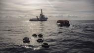 Flüchtlinge in einem Schlauchboot vor der Küste Libyens werden von der spanischen Nichtregierungsorganisation Proactiva Open Arms gerettet. (Archivbild)