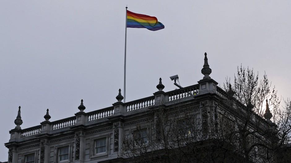 Eine Regenbogenflagge weht im März 2014 über einem Regierungsgebäude in London