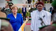 Bundeskanzlerin Angela Merkel (CDU) wird in Niger von Präsident Mahamadou Issoufou mit militärischen Ehren begrüßt.