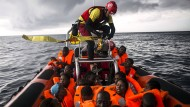Ein Rettungsboot mit aufgenommenen Migranten im Oktober 2018 im Mittelmeer