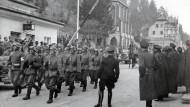 Deutsche Soldaten beim Einmarsch in Österreich über die Grenze bei Kiefersfelden