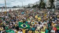 Strandprotest: Brasilianer demonstrieren in Rio de Janeiro gegen korrupte Politiker.