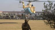 Ein Hubschrauber landet nach dem Mordanschlag der Taliban vor der angegriffenen Universität.