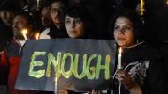 In Islamabad gedenken Menschen der getöteten Schüler.
