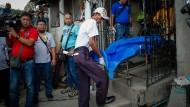 Die Leiche eines mutmaßlichen Rauschgiftsüchtigen, der bei einer Polizeiaktion in Manila getötet worden war, wird von Bestattern weggetragen.