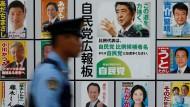 Der Sieg von Shinzo Abes Liberaldemokraten könnte zur Abkehr von der pazifistischen Verfassung führen.