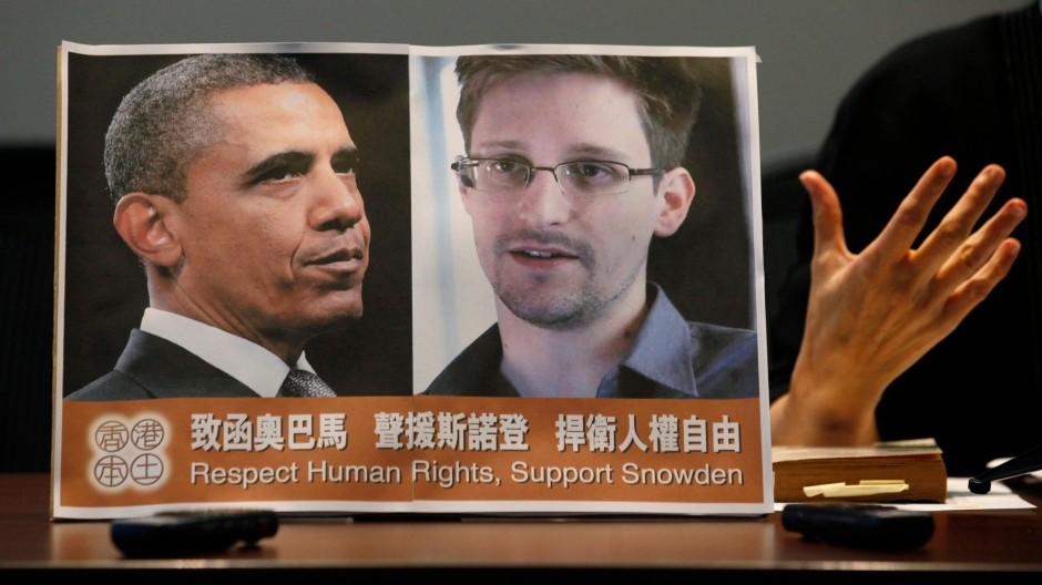 Keine Freunde: Amerikas Präsident Obama und Whistleblower Snowden auf dem Plakat einer Pressekonferenz in Hong Kong