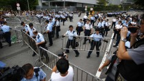 Polizisten sperren am Donnerstag den Regierungssitz in Hongkong ab, um eine Blockade zu verhindern.