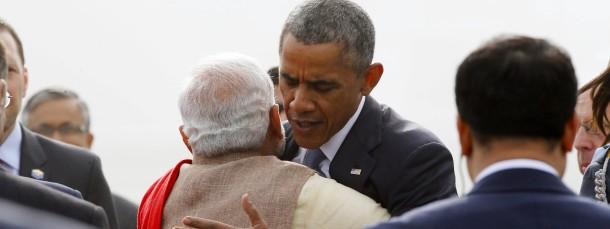 Gegen das Protokoll: Modi umarmt Obama schon am Flughafen.