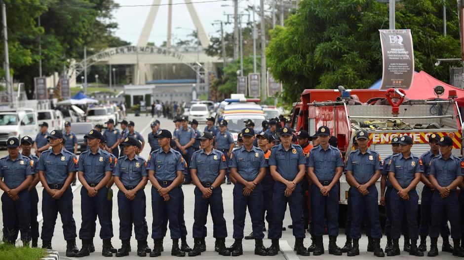 Das Begräbnis des ehemaligen philippinischen Diktators Marcos auf dem Heldenfriedhof von Manila wurde von einem starken Polizeiaufgebot bewacht.