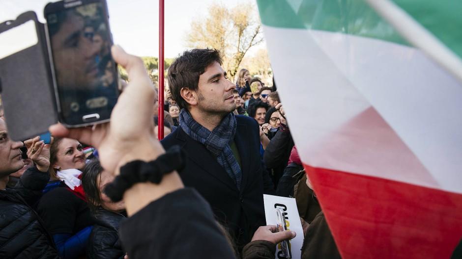 """Alessandro Di Battista von der Partei """"Fünf Sterne"""" wirbt in ganz Italien für ein """"Nein"""" beim anstehenden Referendum."""