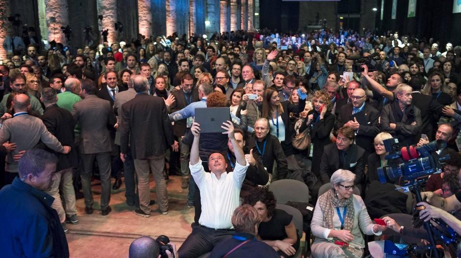 Der Ministerpräsident, mit dem weißen Hemd im Vordergrund, versucht sich an einem Massen-Selfie.