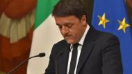Ein sichtlich bewegter Matteo Renzi verkündet seinen Rücktritt.