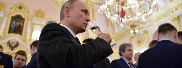 Falls Putin an Silvester, wie hier anlässlich des Gewinns der Eishockeyweltmeisterschaft durch Russland im Mai 2014, ein Glas Sekt zu sich nimmt, könnte er ins Grübeln kommen.