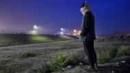 """Ein Migrant im """"Dschungel von Calais"""" wartet auf die Räumung des Flüchtlingslagers."""