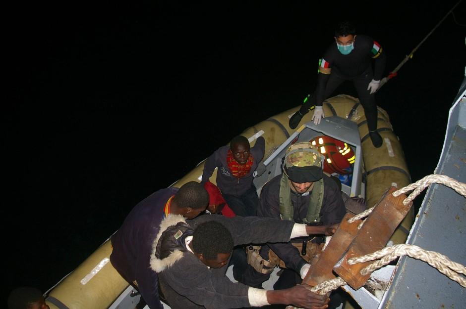 Die italienische Marine veröffentlichte diese Bilder von Flüchtlingen, die sie vor Sizilien an Bord eines ihrer Schiffe holt