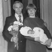 Der junge Wladimir Putin mit Frau und Kind.