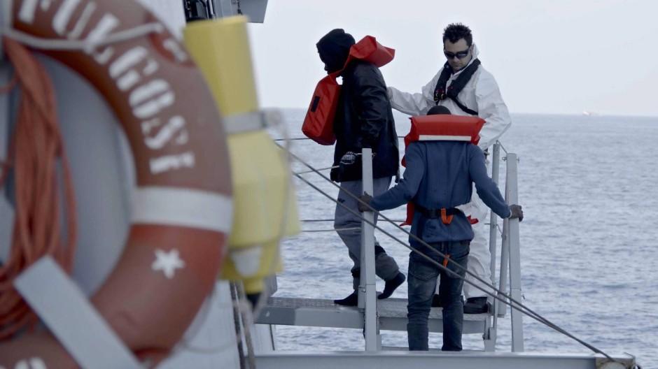 Die italienische Küstenwache veröffentlichte am Mittwoch Bilder von Einwanderern, die an Bord ihrer Schiffe genommen worden waren.