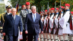 Einer der letzten Politiker, die im Zweiten Weltkrieg kämpften: Der griechische Präsident Karolos Papoulias, am Donnerstag neben Joachim Gauck in Athen