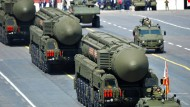 """Moderne russische Interkontinentalraketen vom Typ """"Yars"""" werden auf einer Parade auf dem Roten Platz in Moskau präsentiert."""