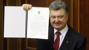 Der ukrainische Präsident Petro Poroschenko mit dem unterschriebenen Assoziierungsabkommen