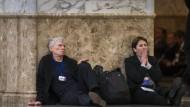 Journalisten warten in Minsk in der Nacht zu Donnerstag auf Ergebnisse des Gipfeltreffens.