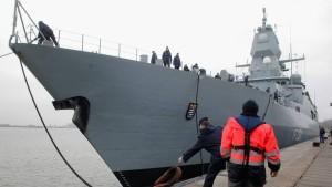 Deutsche Marine hilft erstmals Flüchtlingen in Seenot