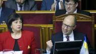 Der ukrainische Ministerpräsident Jazenjuk feiert die Verabschiedung des Haushalts im ukrainischen Parlament.