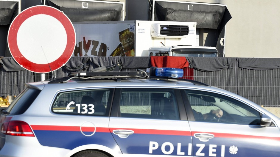Der Lastwagen, in dem 71 tote Flüchtlinge gefunden wurden, wird derzeit genauestens untersucht.