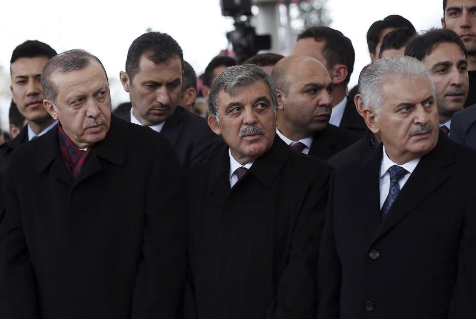 Türkische Führungsriege: Präsident und wohl bald Alleinherrscher Recep Tayyip Erdogan (l.) und Premierminister Binali Yildirim (Mitte)