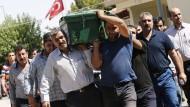 Nach dem Anschlag von Gaziantep begraben Angehörige ihre Verwandten.