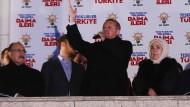 Mit großer Geste: Der türkische Ministerpräsident Recep Tayyip Erdogan sieht seine Machtbasis gefestigt. Seine Gegner überzieht er mit Drohungen.