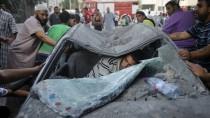 Gezielter Schlag: Anwohner untersuchen das Autowrack in Rafah, in dem drei Hamas-Führer von israelischen Raketen getroffen wurden.