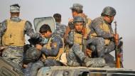 Victory-Zeichen: Das irakische Militär gibt sich vor der Schlacht um Mossul siegessicher.