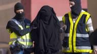 Endstation Melilla: Spanische und marokkanische Polizei nehmen Mitte Dezember sieben Personen fest, die Frauen für den Dschihad in Syrien rekrutieren wollten