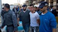 Ein junger Palästinenser wird von der israelischen Polizei festgenommen, weil er eine jüdische Frau mit einem Messer angegriffen haben soll.