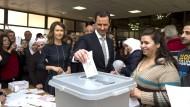 Baschar al Assad bei der Stimmenabgabe mit seiner Frau in Damaskus.